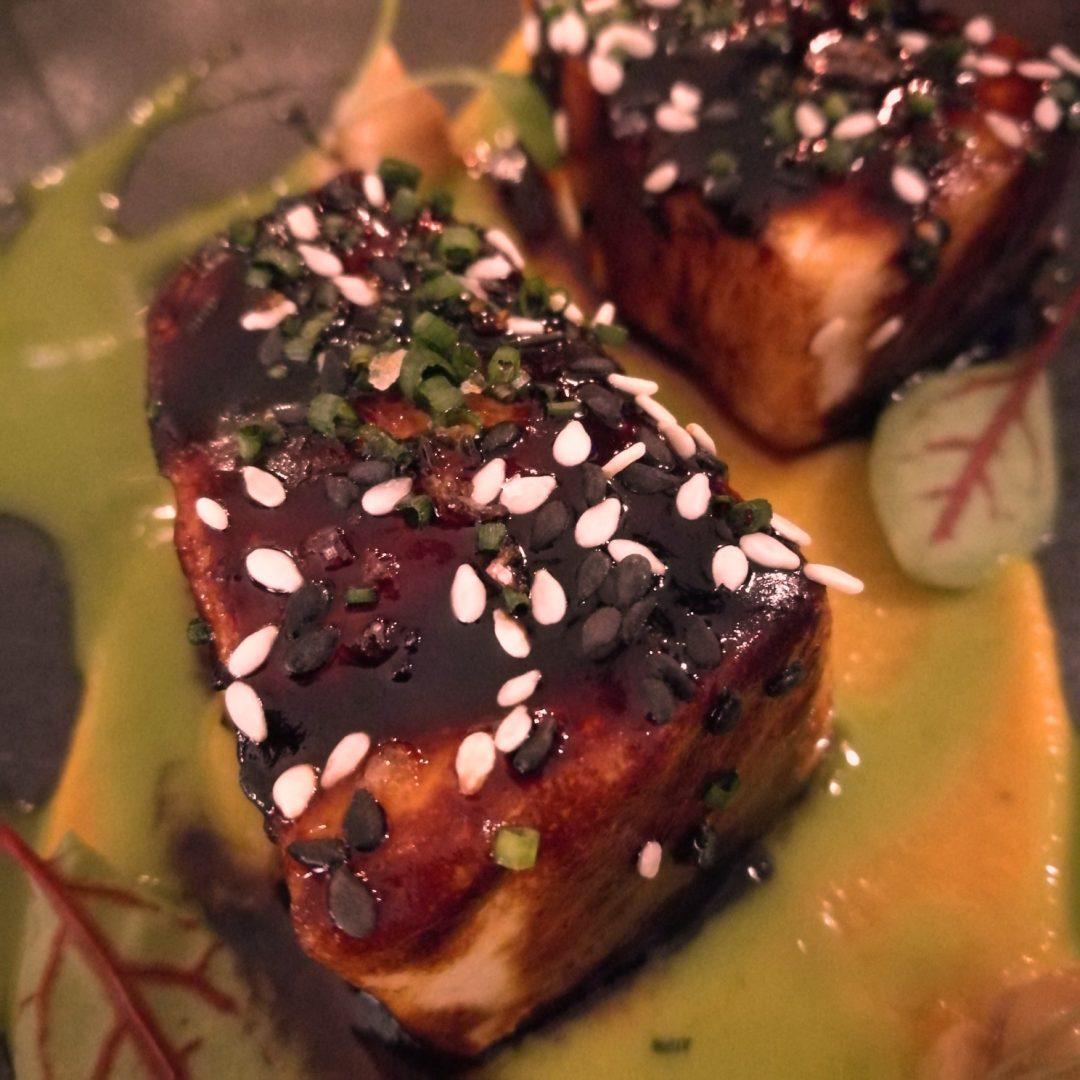 Taco de pez mantequilla a la parrilla con humus a la cúrcuma, teriyaki y curry verde